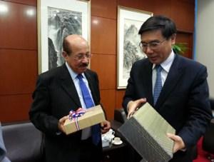 Temístocles Montás intercambia regalos con Jiang Jianqing