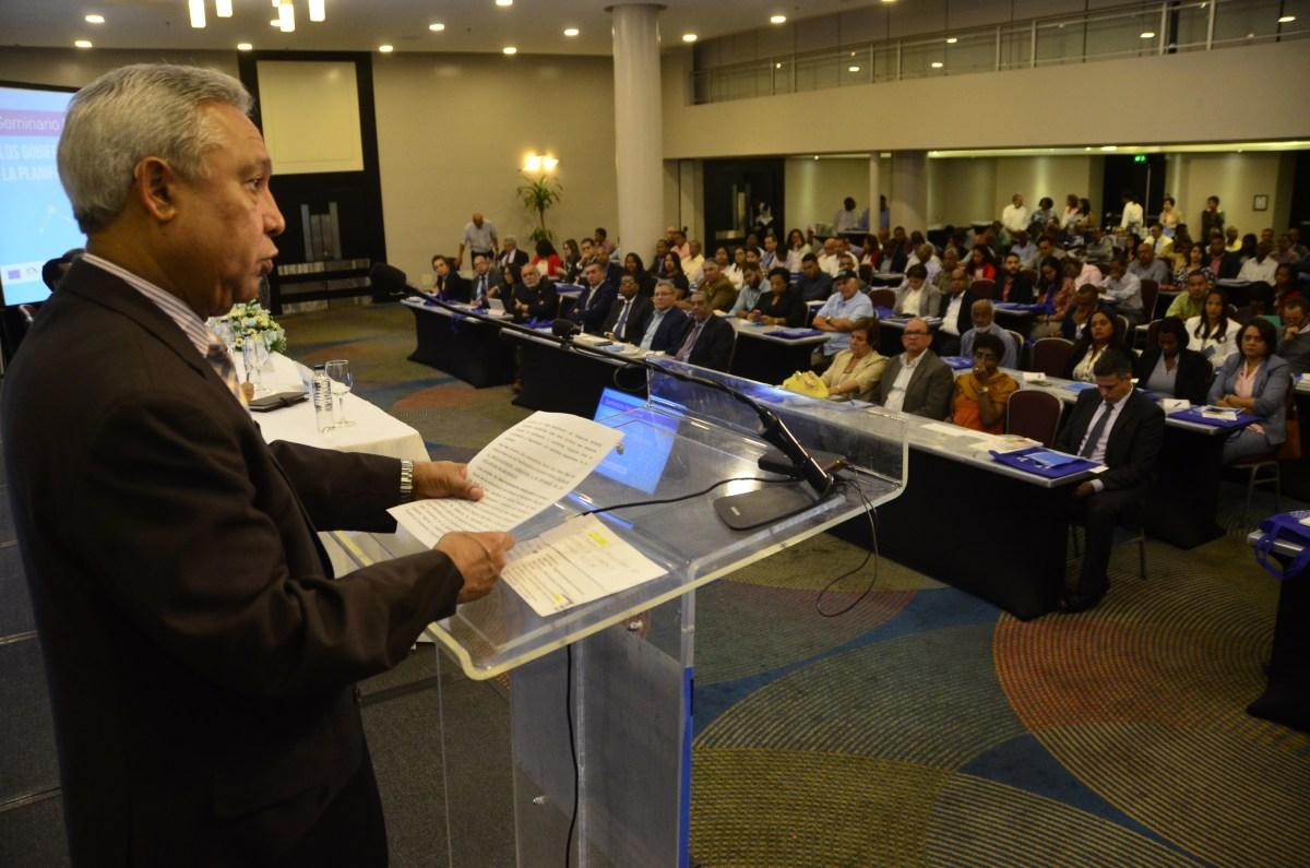 """El ministro Isidoro Santana habla a los munícipes en el auditorio del Seminario """"Los Gobiernos Locales en la Planificación del Territorio"""" organizado por la Federación Dominicana de Municipios (FEDOMU) y el MEPyD en el hotel Crowne Plaza, en el malecón de esta capital."""