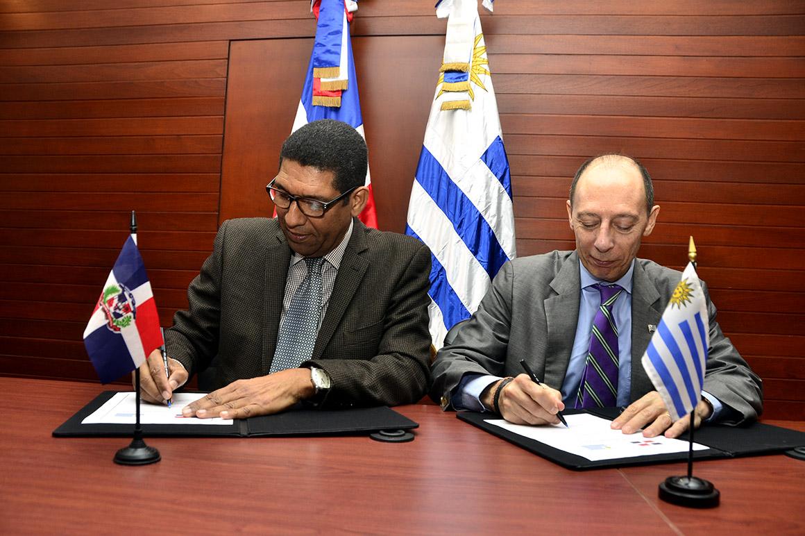 El vice ministro de Cooperación Internacional, Inocencio García Javier, y el embajador de Uruguay, Raúl Pollak Gianpiero, en la firma en la sede del MEPyD del memorándum para fortalecer las relaciones de cooperación bilateral.