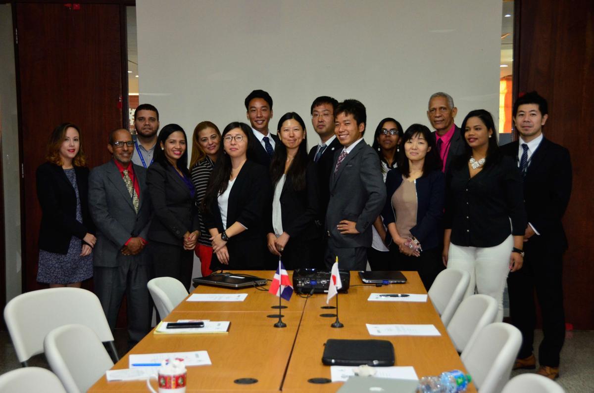 Voluntarios y funcionarios del MEPyD durante el acto de despedida en el salón de videoconferencia.