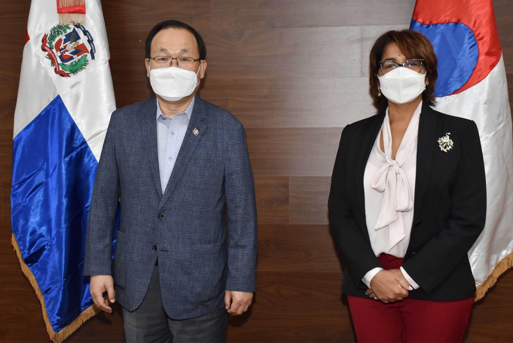 La viceministra de Cooperación Internacional del ministerio de Economía, Planificación y Desarrollo, Olaya Dotel, encabeza encuentro con misión Saemaul Undong y Saemaul Global-Corea.