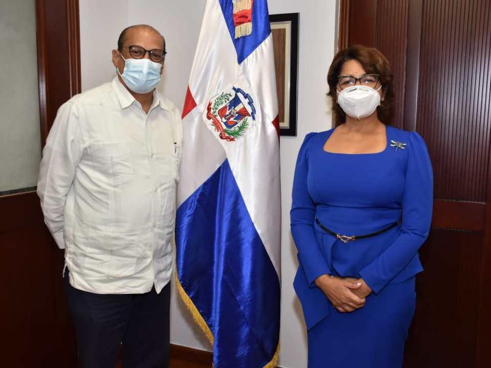 Iván Ogando, embajador dominicano en Bruselas, y Olaya Dotel Caraballo, viceministra de Cooperación Internacional y Ordenadora Nacional de los Fondos Europeos para el Desarrollo.