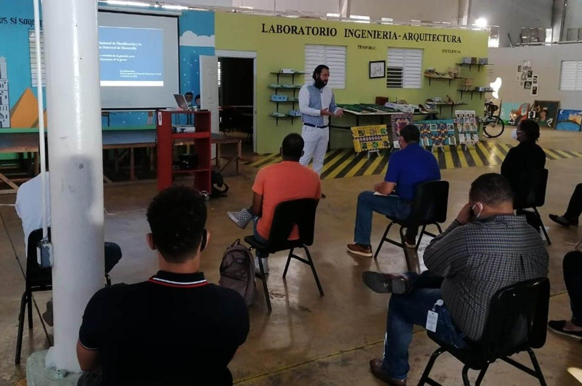 El director de DGDES, Luis Madera, impartió un taller sobre la Estrategia Nacional de Desarrollo (END2030) y el Sistema Nacional de Planificación e Inversión Pública a las autoridades municipales y representantes de la sociedad civil de la provincia Hermanas Mirabal.