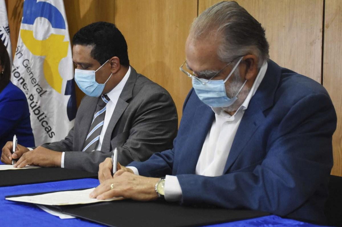 El ministro de Economía y presidente del Consejo del Centro de Fomento y Promoción de las ASFL, Miguel Ceara Hatton, y el director general de Contrataciones Públicas, Carlos Pimentel firman el acuerdo en un acto en la sede del ministerio de Economía, Planificación y Desarrollo.
