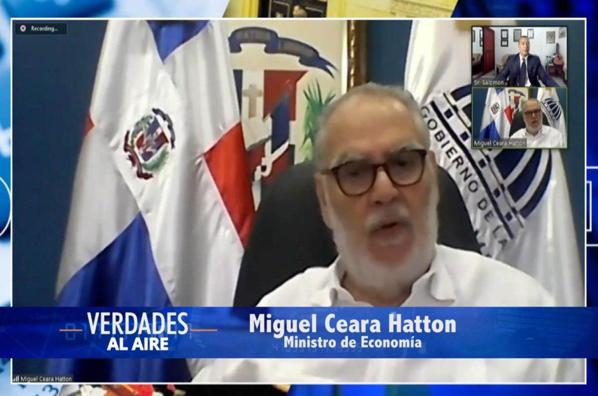 """El ministro de Economía, Planificación y Desarrollo, Miguel Ceara Hatton, durante su participación en """"Verdades al Aire"""", que conduce el periodista Adolfo Salomón, por Cadena de Noticias, Canal 37."""