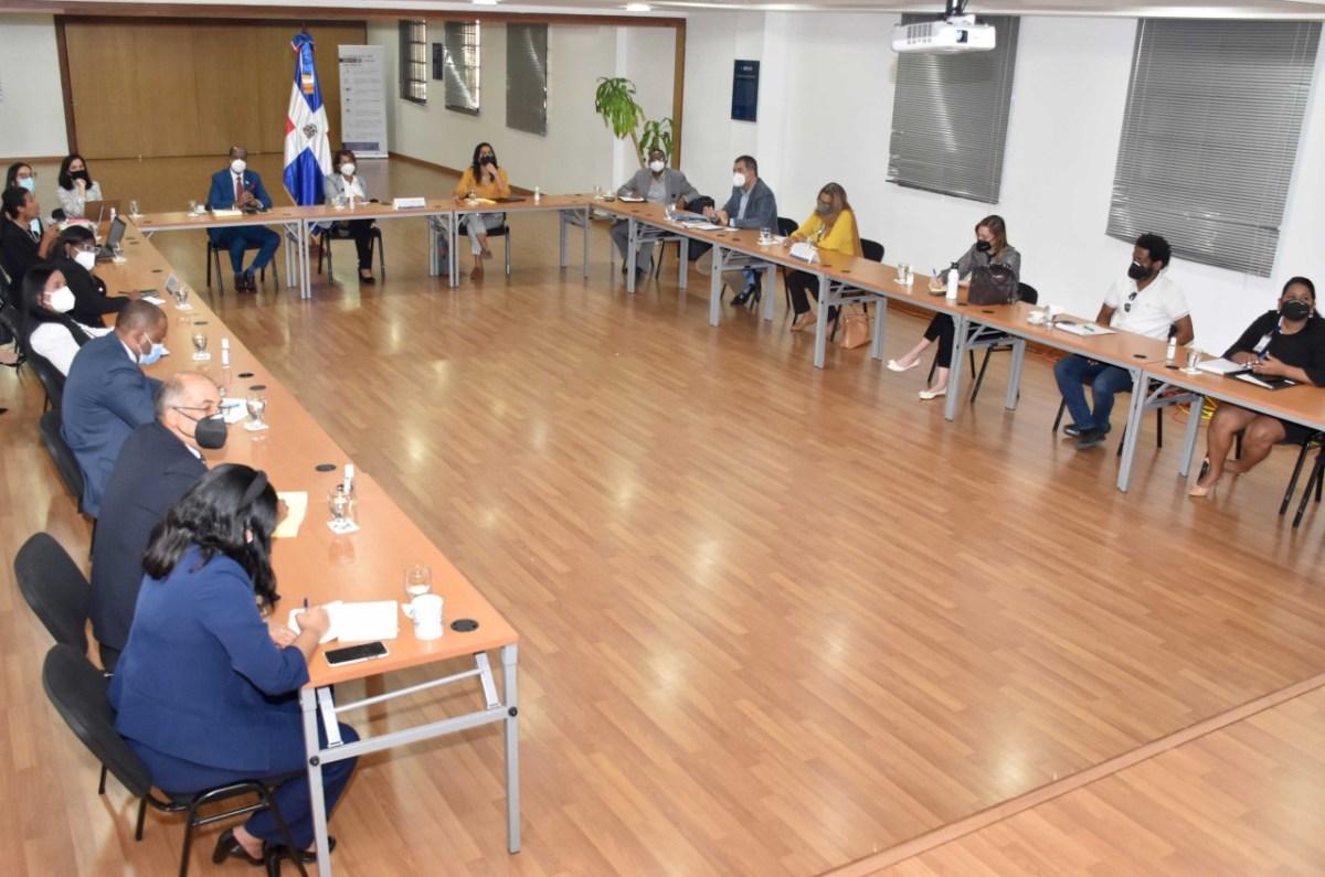 Olaya Dotel y Carlos Peguero, viceministros de Cooperación Internacional del ministerio de Economía, Planificación y Desarrollo, y Turismo, respectivamente, encabezan taller plan estratégico para el desarrollo de la frontera.