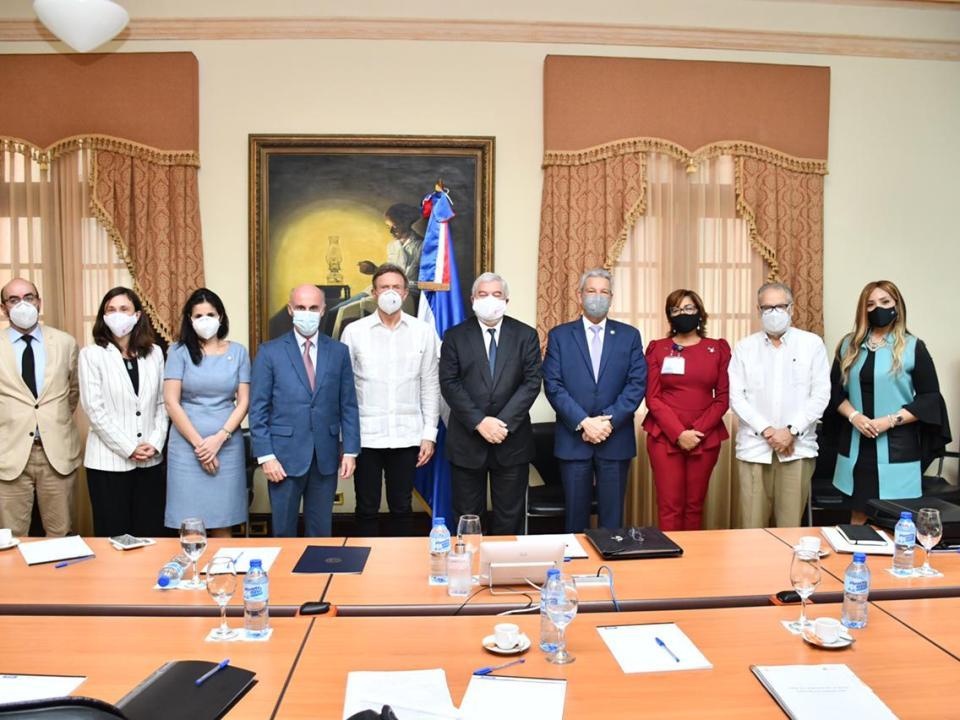 Funcionarios dominicanos se reúnen en el Palacio Nacional con el director de AECID, Magdy Martínez-Solimán.
