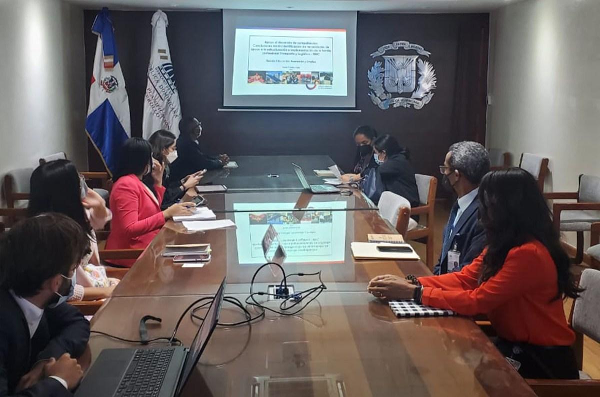 En la mesa de trabajo de la misión Agencia Francesa de Desarrollo se encuentran Francisco Rojas, director de Cooperación Bilateral; Paula Cubillos Celis, jefa de proyectos de la división Educación, Formación y Empleo, de la sede AFD-París; Sandra Kassab y Lucas Giménez, directora y encargado de proyectos, en la sede dominicana de la AFD, respectivamente.