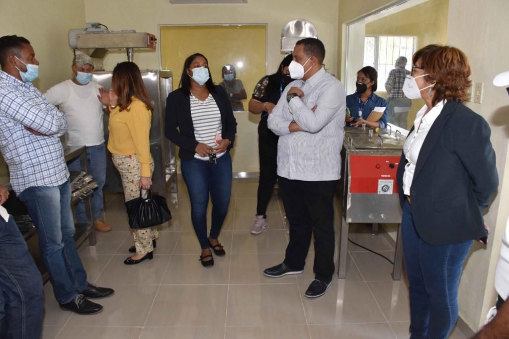 Olaya Dotel, viceministra de Cooperación Internacional y Yamel Valera, viceministro Administrativo y Financiero, en las instalaciones de la planta del «Tour de Chocolate», en la comunidad Los Botados, provincia El Seibo.