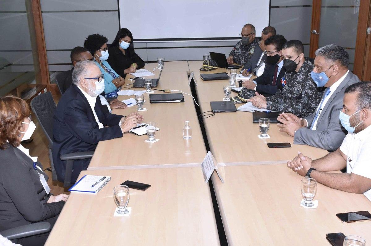 El ministro de Economía, Planificación y Desarrollo, Miguel Ceara Hatton, se reúne con el ministro de Interior y Policía, Jesús Vásquez Martínez, y el director general de la Policía Nacional, mayor general Edward Sánchez González.