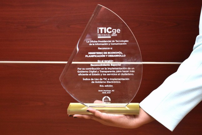 El Ministerio de Economía, Planificación y Desarrollo recibe la placa en la octava edición de iTICge 2021 en el renglón reconocimiento especial.