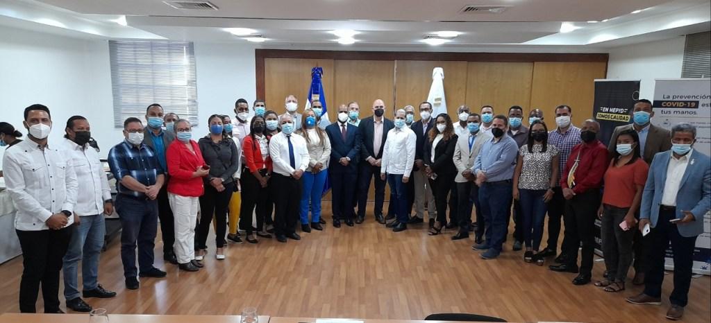 Foto de familia del viceministro de Ordenamiento Territorial y Desarrollo Regional, Domingo Matías, junto a los técnicos municipales presentes en el taller.