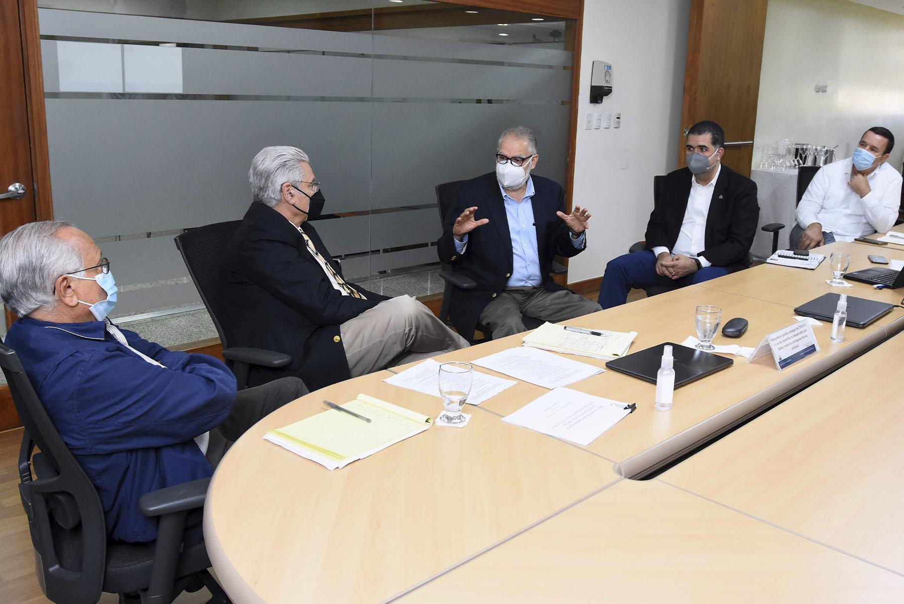 El ministro de Economía, Planificación y Desarrollo, Miguel Ceara Hatton, y el jefe de operaciones del Banco Interamericano de Desarrollo, Gilles Damais, en la reunión para el diseño de la zonificación productiva. Participaron viceministros, directores, encargados y coordinadores del Ministerio de Economía, Planificación y Desarrollo.