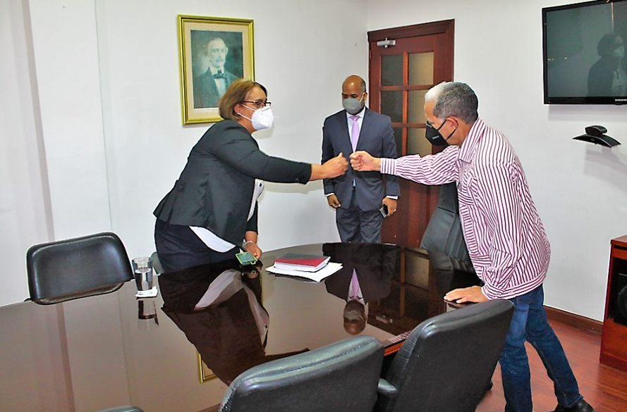 El viceministro de Ordenamiento Territorial y Desarrollo Regional, Domingo Matías, saluda a la gobernadora de San Cristóbal, Pura Casilla, durante su visita para acordar una alianza estratégica orientada a impulsar y fortalecer los consejos de desarrollo provincial y municipal de esa provincia.