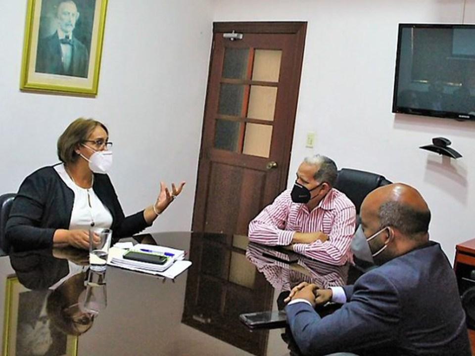 """La gobernadora de San Cristóbal, Pura Casilla, valoró de """"excelente"""" la reunión con el equipo de trabajo del viceministerio de Ordenamiento Territorial y Desarrollo Regional en la sede de la entidad."""