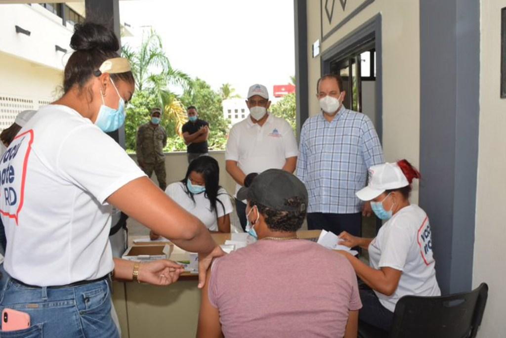 El viceministro Yamel Valera observar el proceso de vacunación en la sede del ayuntamiento de Santa Cruz de El Seibo. Lo acompaña el viceministro de Deportes, Franklin De La Mota.