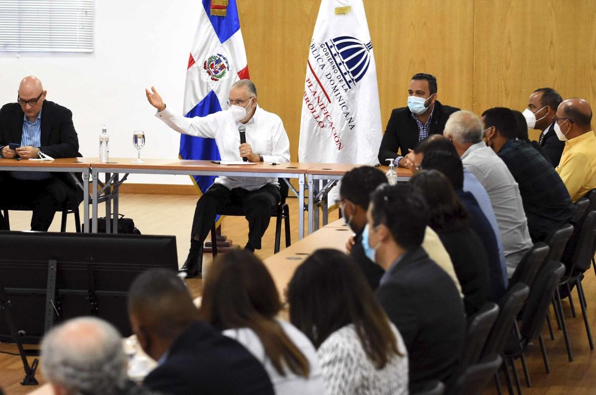 El ministro de Economía, Miguel Ceara Hatton, encabezó la reunión con los técnicos de las Coraas en el salón Carlos Ascuasiati de la institución.