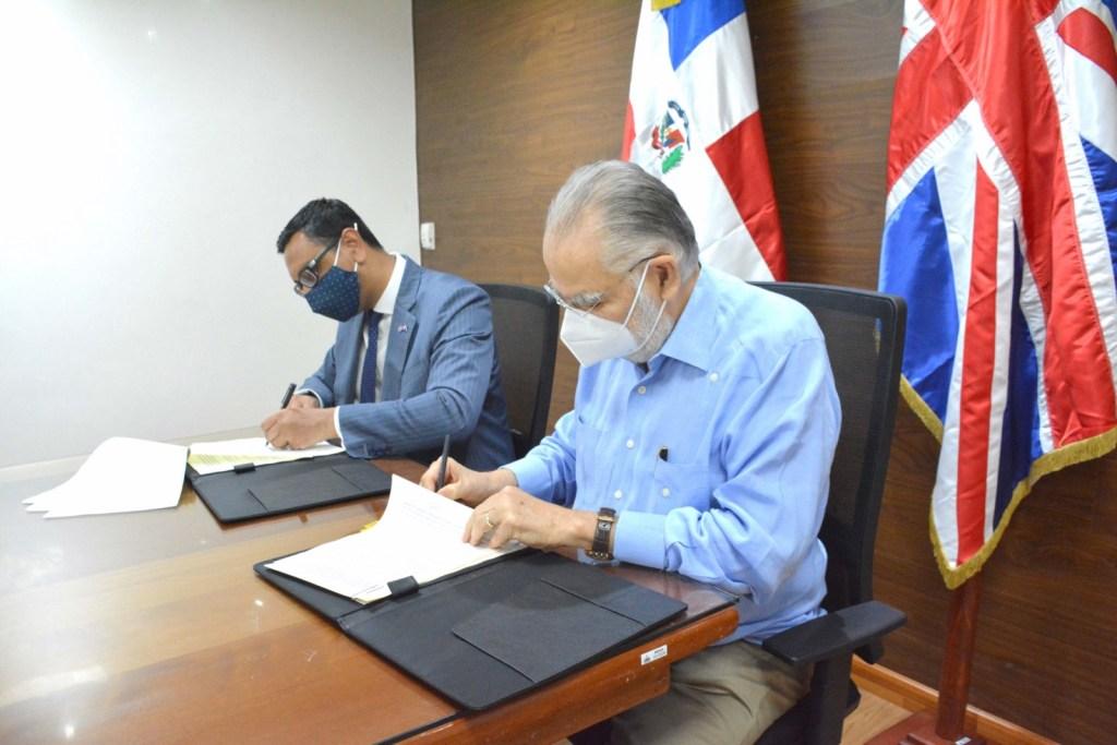 Miguel Ceara Hatton, ministro de Economía, Planificación y Desarrollo, y Mockbul Ali OBE, Embajador del Reino Unido de Gran Bretaña e Irlanda del Norte en República Dominicana, firman memorando de entendimiento básico de cooperación técnica y científica.