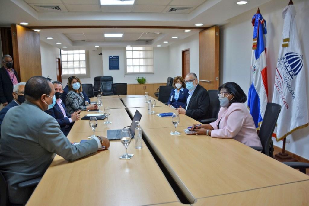 El encuentro entre el ministro Ceara Hatton y el presidente de PROMIPYME, Porfirio Peralta y sus acompañantes tuvo lugar en el salón Padre José Luís Alemán.