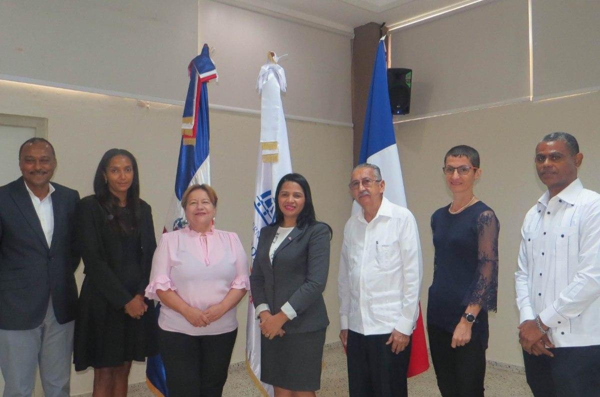 Foto de familia de los representantes de los ministerios de Economía, Medio Ambiente, Agencia Francesa para el Desarrollo y del Consejo Nacional para el Cambio Climático y el Mecanismo de Desarrollo Limpio (CNCCMDL).