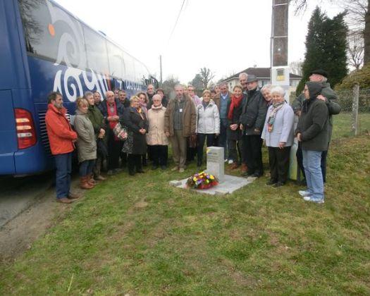 Les délégations de MER 47 et de l'Ateneo Republicano du Limousin devant la plaque commémorative du 643e G.T.E