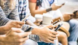 Grupo de pessoas mexendo no celular