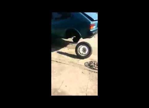 Fiat 147 dando cavalo de pau