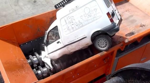 Trituradora destrói carros inteiros em segundos