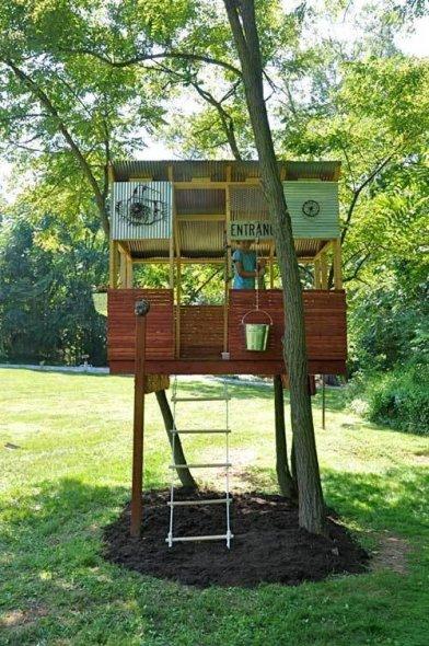 casa sull'albero con materiali di recupero