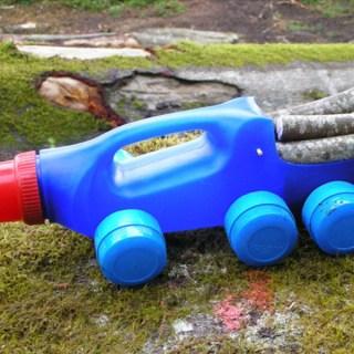 Ricicliamo le bottiglie dei detersivi: costruiamo macchine, camion e camper