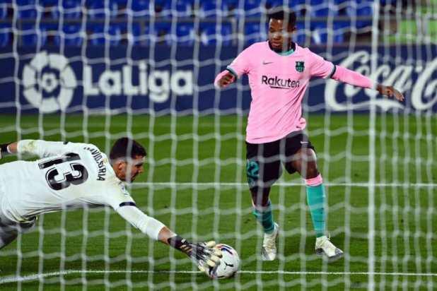 انسو فاتي فى مباراة خسارة برشلونة من خيتافي بالدوري الاسباني (صور:AFP)