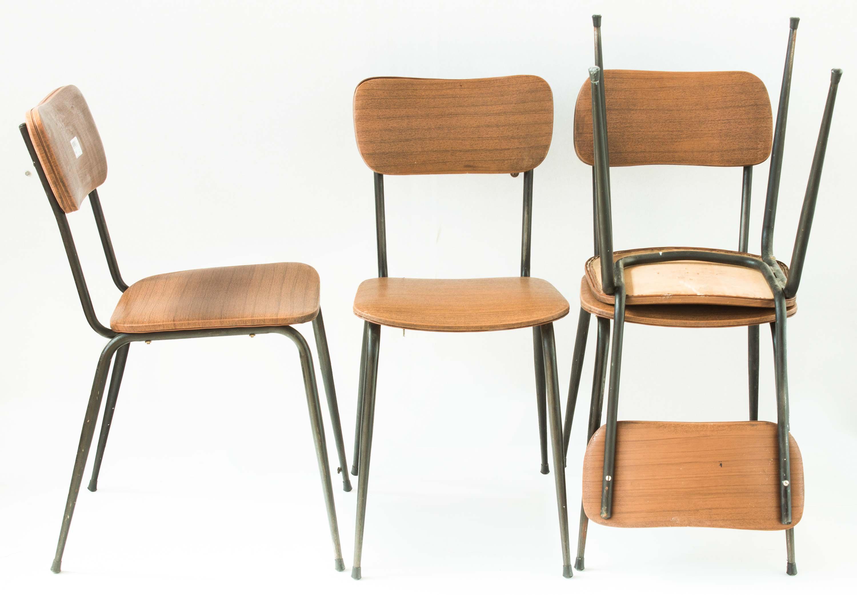 Il legno ha due toni che si alternano sia nel piano che sulle gambe. 4 Sedie Ecopelle Piedi Spillo Anni 50 60 Vintage Eureka Mercatino Dell Usato