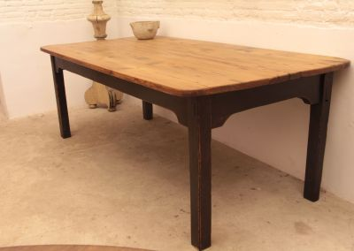Gran mesa en madera de pino pintada y encerada