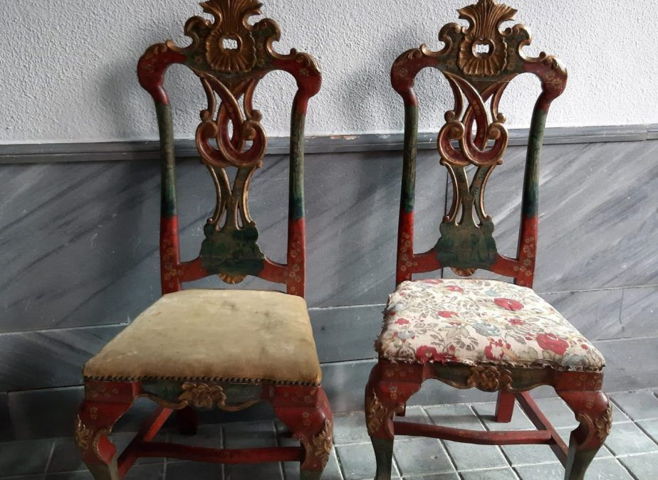 Pareja de sillas de influencia inglesa