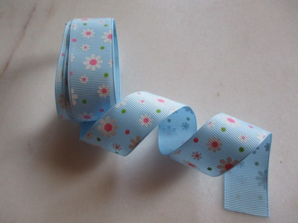 ruban fond bleu et petites fleurs