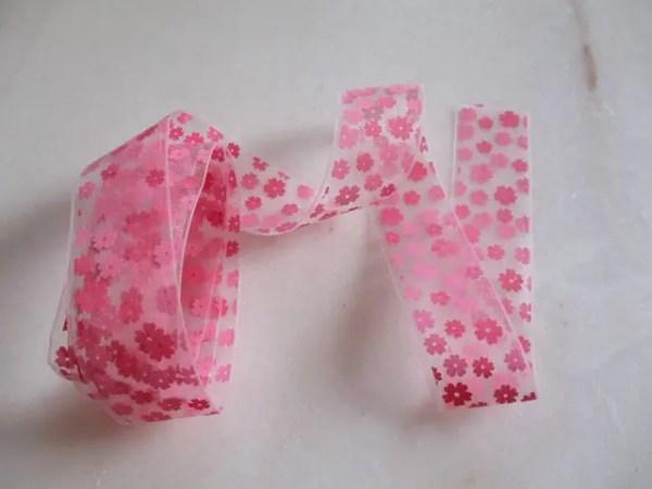 ruban transparent avec des fleurs