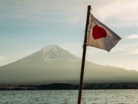 Le mont Fuji avec un drapeau japonais