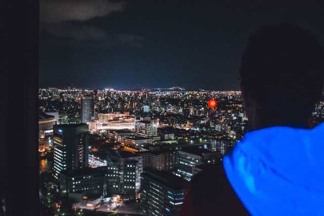Vue de nuit de la tour de Fukuoka