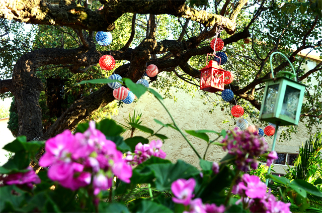 mercredie-mode-blog-home-sweet-home-deco-jardin-lampions-rouge-fleurs