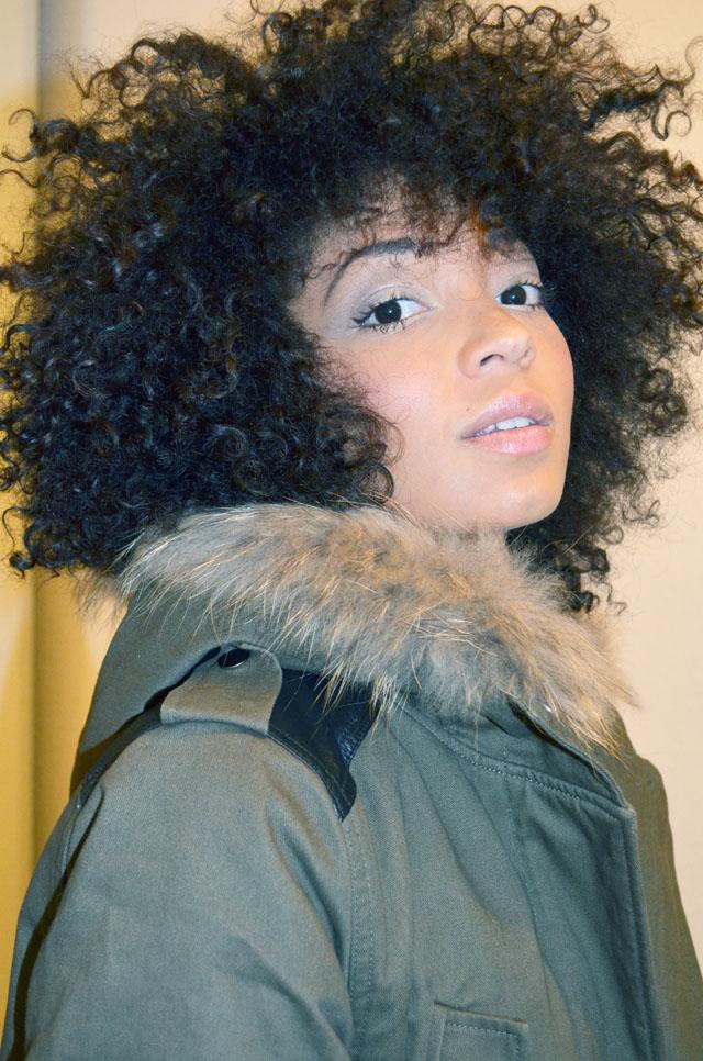 mercredie-blog-mode-afro-hair-natural-cheveux-nappy-style-look-sneakers-isabel-marant-bois-de-rose-parka-maje-hariboz-kaki-fourrure