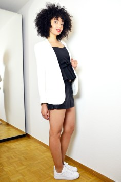 mercredie-blog-mode-she-inside-sheinside-geneve-fashion-blog-blogger-blogueuse-mode-bloggeuse-peplum-top-short-cuir-stan-smith-outfit-look-inspiration-white-blanches-afro-hair-nappy-natural-blazer-crepe-bash3