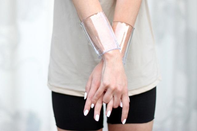 ivania-carpio-love-aesthetics-plastic-transparent-bracelet-mercredie-blog-mode