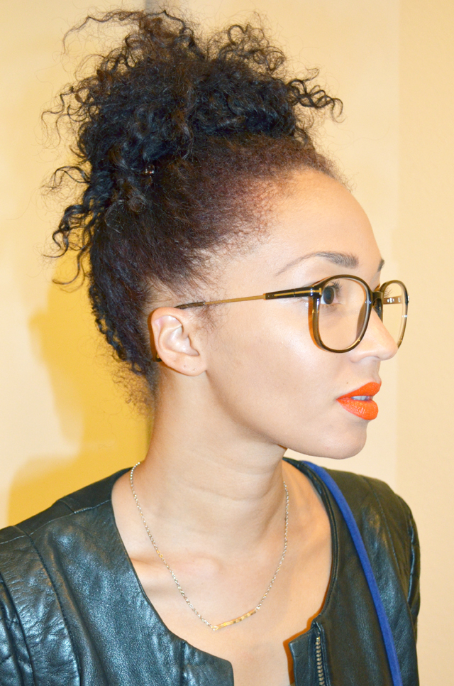 mercredie-blog-mode-beaute-lunettes-geek-tom-ford-bel-air-blouson-cuir-matelasse-nappy-hair-bun-chignon-cheveux-frises-profil-rouge-a-levres-orange-bright-make-up-for-ever-survetement-jogging-fruits-of-the-loom
