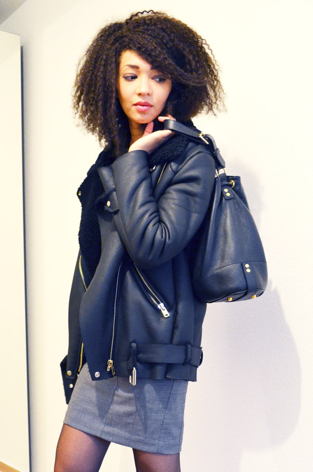 mercredie-blog-mode-fashion-blogger-suisse-geneve-afro-hair-jerry-curl-curls-nappy-weave-robe-moulante-grise-h&m-shearling-jacket-acne-like-ersatz-stylenanda-sac-seau-apc-cuir