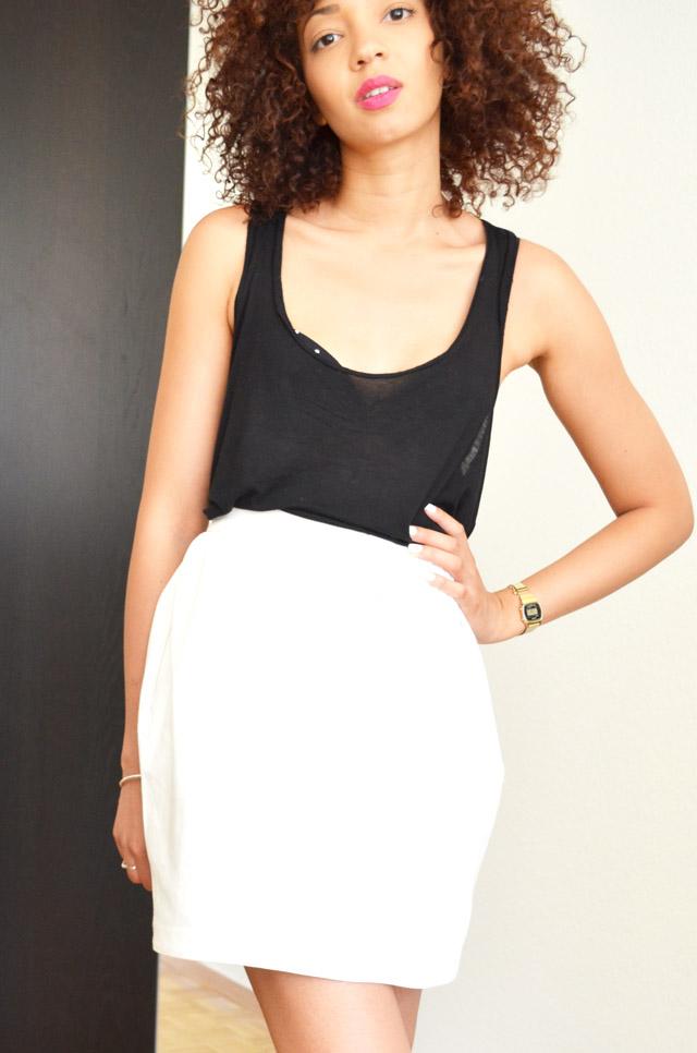 mercredie-blog-mode-geneve-suisse-jupe-blanche-asos-boule-debardeur-top-tanktop-black-outfit-summer-look-afro-hair-cheveux-frises-naturels-natural-nappy-kinky-curly-black