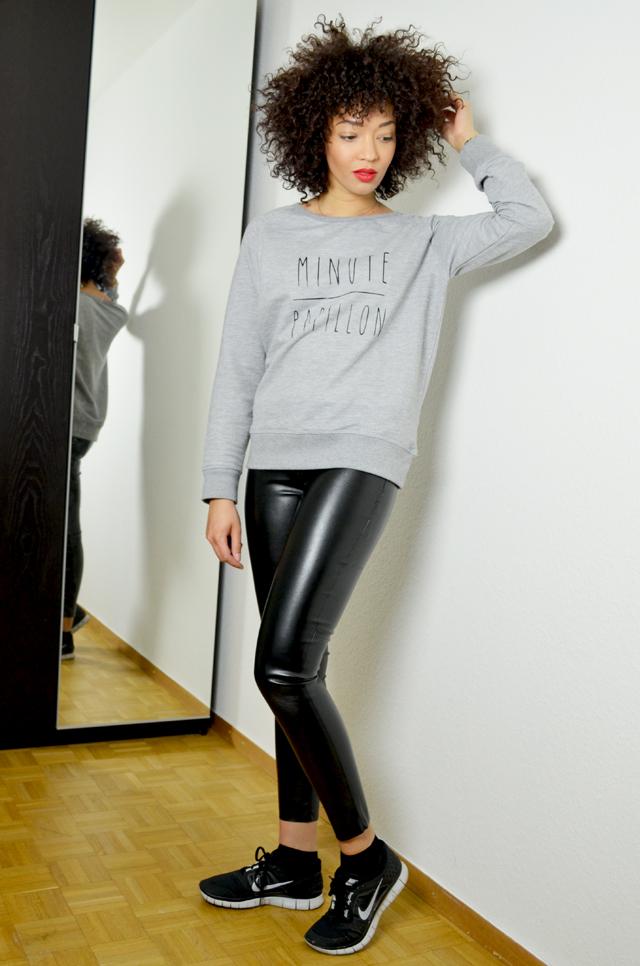 mercredie-blog-mode-geneve-legging-cuir-tregging-look-outfit-minute-papillon-sweat-madame-tshirt-nike-freerun-running-afro-nappy-natural-hair