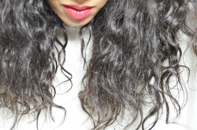 mercredie-blog-mode-geneve-suisse-blogueuse-zara-sweat-blanc-cheveux-ondules-boucles-wave-tissage-wavy-weave-brazilian-rare-virgin3
