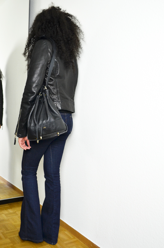 mercredie-blog-mode-geneve-jean-flare-jbrand-jeans-balenciaga-biker-jacket-perfecto-kurly-klips-shoulder-my-spirals-acne-pistol-boots-sac-seau-apc-cuir-noir