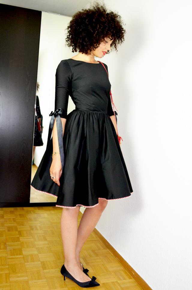mercredie-blog-mode-geneve-idees-tenues-robes-mariage-delphine-manivet-pour-la-redoute-satin-noire-noeud-escarpins-noeuds-zara-trio-bag-celine-rouge-red