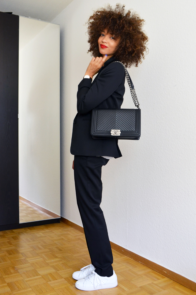 mercredie-blog-mode-costume-intemporel-noir-veste-pantalon-the-kooples-stan-smith-adidas-curly-hair-nappy-cheveux-afro-frises-naturels-collier-apoi-jardins-babylone-chanel-oy-bag-sac-medium-chevron